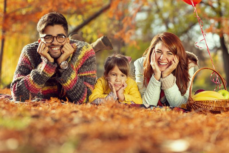 Pique-nique de famille d'automne photographie stock libre de droits