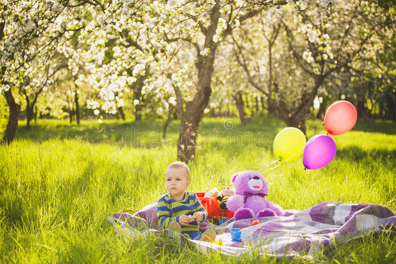Pique-nique de famille enfant s'asseyant parmi des jouets images libres de droits