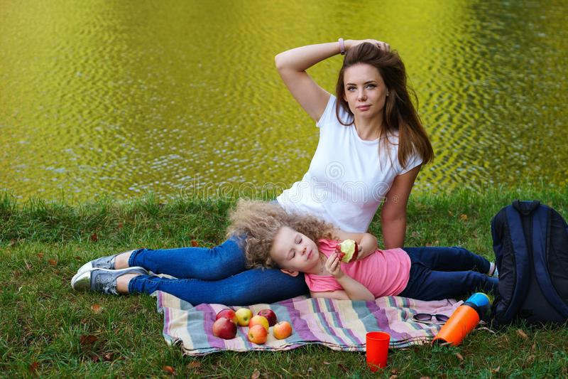 Pique-nique de famille Mère et fille photographie stock libre de droits