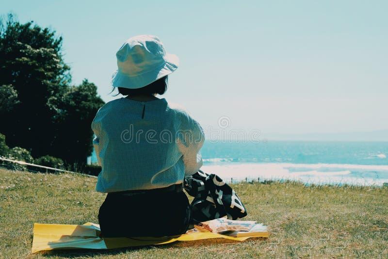 Pique-nique de fille dans le jardin de bord de la mer photo libre de droits