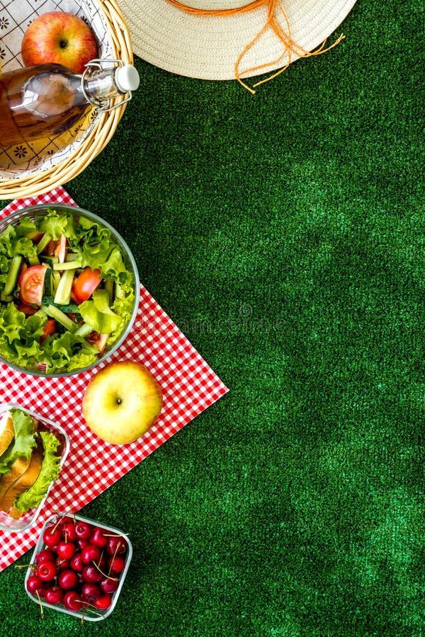 Pique-nique en été avec des produits, des fruits, des boissons et le chapeau sur l'espace blanc de vue supérieure de fond pour le image libre de droits