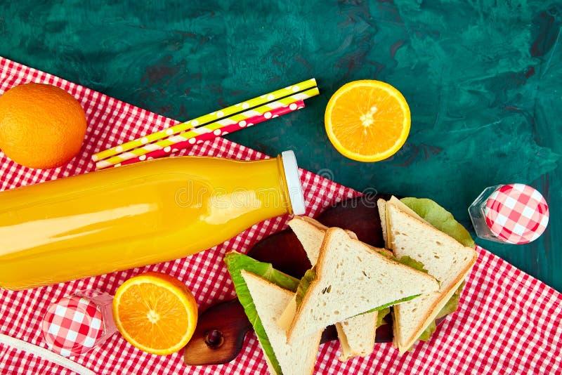 Pique-nique Le rouge a vérifié la nappe, panier, nourriture saine image libre de droits