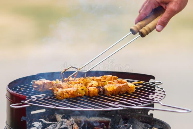 Pique-nique savoureux d'été avec griller la nourriture grésillant au-dessus des charbons chauds sur un BBQ photo libre de droits