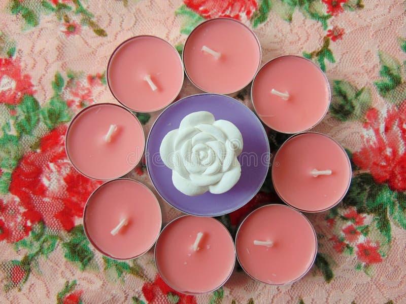 Pique velas scented com a flor branca no meio imagem de stock