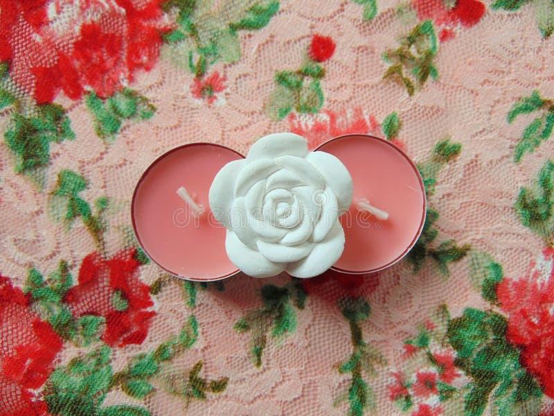 Pique velas scented com a flor branca no meio fotografia de stock