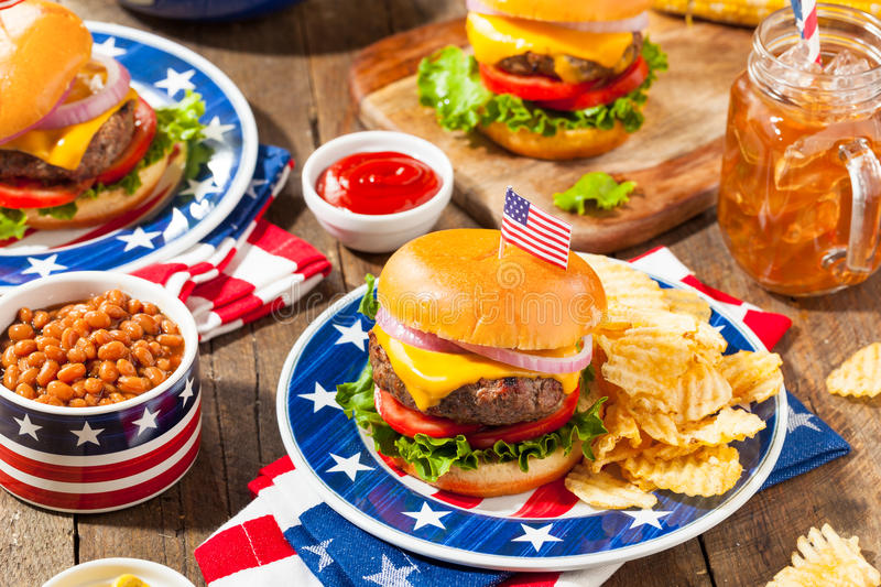 Piquenique caseiro do Hamburger de Memorial Day imagem de stock royalty free