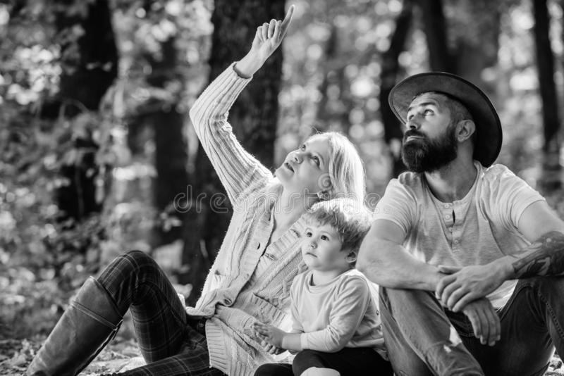 Piquenique da fam?lia O pai da m?e e pouco filho sentam o piquenique da floresta Bom dia para o piquenique da mola na natureza Ex fotografia de stock