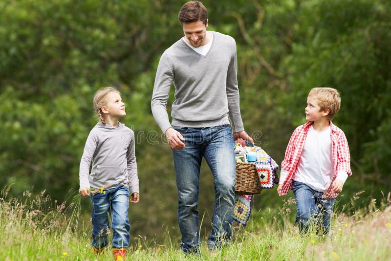 Piquenique de Taking Children On do pai no campo fotografia de stock