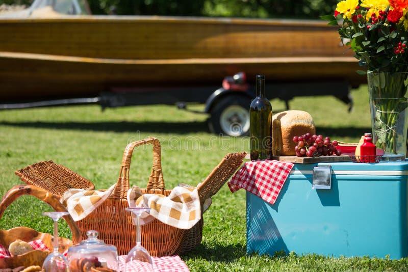 Piquenique do vintage no lakehouse imagem de stock royalty free