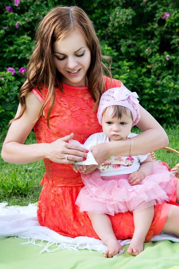 Piquenique, higiene, limpezas de pano do bebê da mãe imagem de stock royalty free