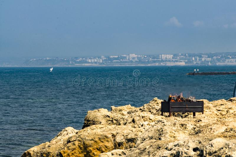 Piquenique na praia entre pedras imagem de stock royalty free