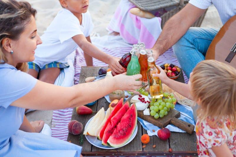 Piquenique na praia no por do sol no boho do estilo, no alimento e na concepção da bebida fotografia de stock royalty free
