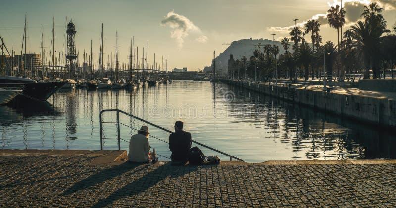 Piquenique no porto em Barcelona foto de stock royalty free