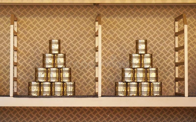 Pirámide apilada de la lata para el juego de la precipitación de la poder en el funfair fotos de archivo libres de regalías