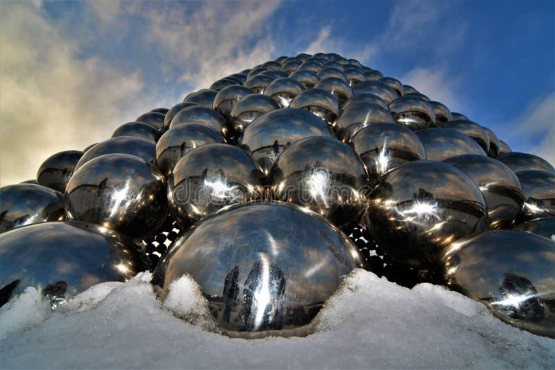 Pirámide de bolas al cielo fotos de archivo libres de regalías