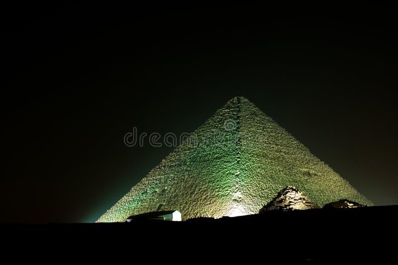 Pirámide de Cheops en la noche imagen de archivo