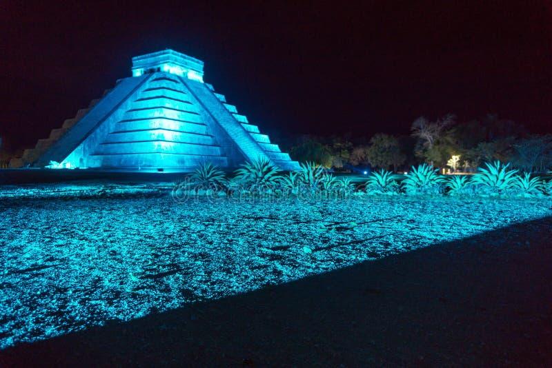 Pirámide de Chichen Itza en la noche fotografía de archivo libre de regalías