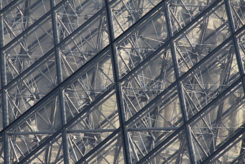 Pirámide de cristal en el Louvre París fotos de archivo