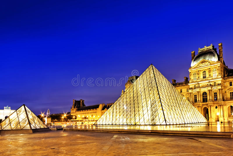Pirámide de cristal y el museo del Louvre foto de archivo libre de regalías