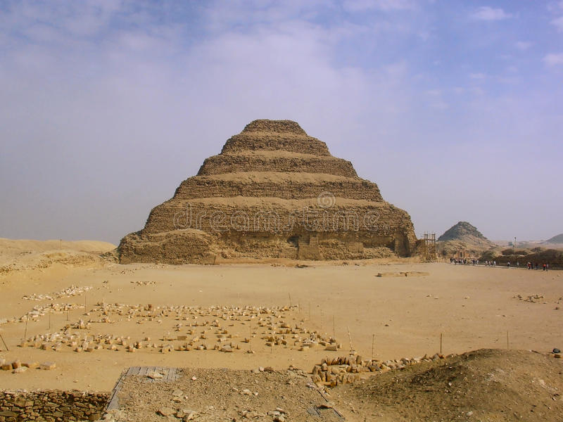 Pirámide de Djoser en Saqqara imagenes de archivo