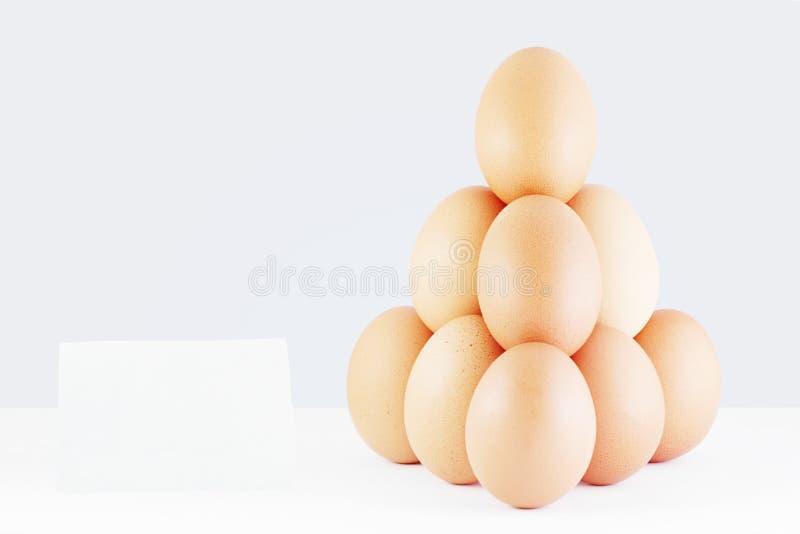 Pirámide de huevos rojos con un precio imágenes de archivo libres de regalías