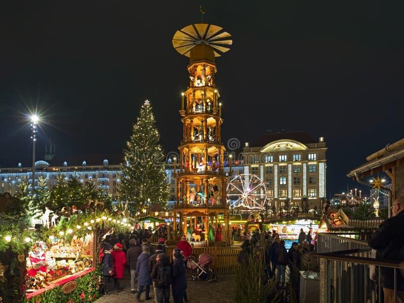 Pirámide de la Navidad en el mercado de la Navidad en Dresden, Alemania fotografía de archivo