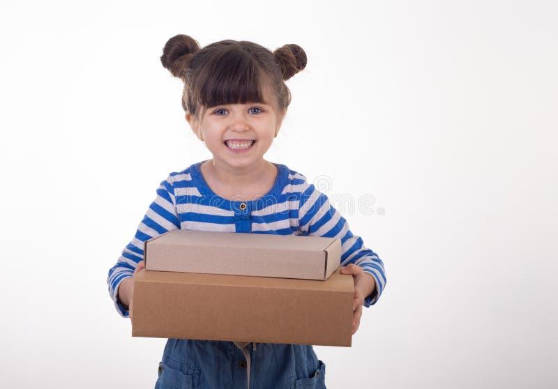 Pirámide de la tenencia de la chica joven de las cajas del cartón imagen de archivo libre de regalías