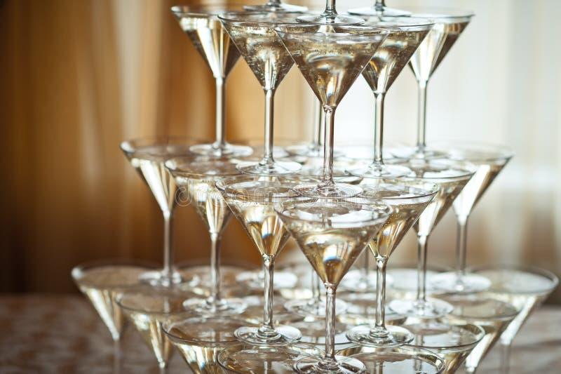 Pirámide de las copas de vino del champán en el fondo de la ventana 15 imágenes de archivo libres de regalías