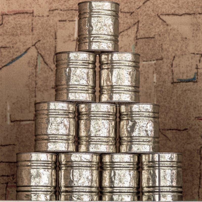 Pirámide de las latas para la poder que lanza en una feria fotografía de archivo libre de regalías