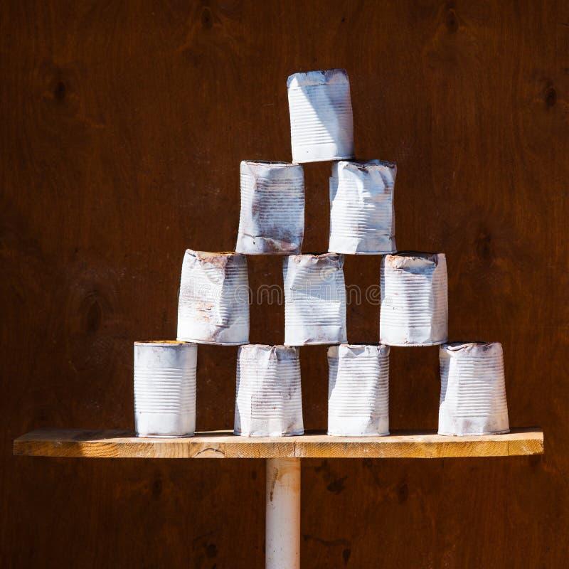 Pirámide de las latas usadas de la sopa en una cabina de la atracción fotos de archivo