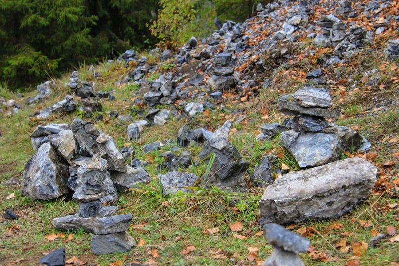 Pirámide de las piedras del granito en el parque fotografía de archivo libre de regalías