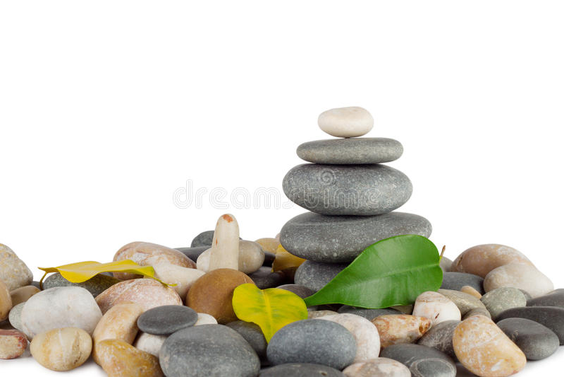 Pirámide de las piedras del mar del redondo con las hojas imagen de archivo libre de regalías