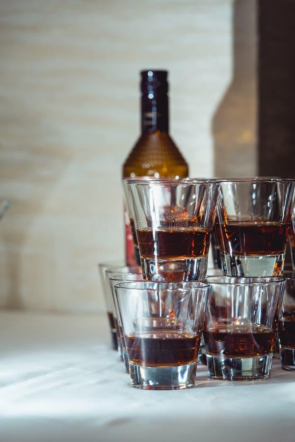 Pirámide de los vidrios de alcohol hechos en una pirámide para el partido del evento o la ceremonia de boda fotos de archivo