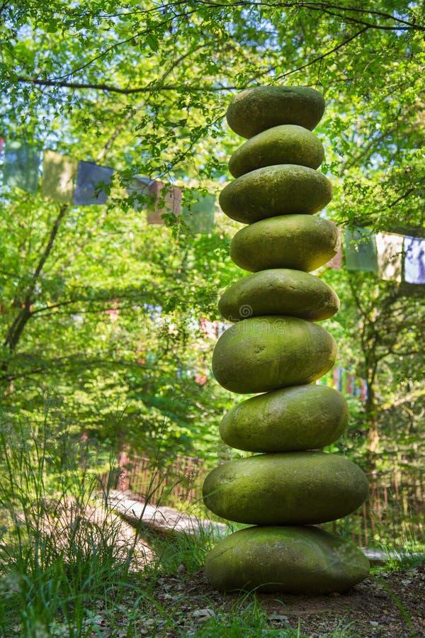 Pirámide de piedra de guijarros - concepto para la vida, poder, energía, zen foto de archivo