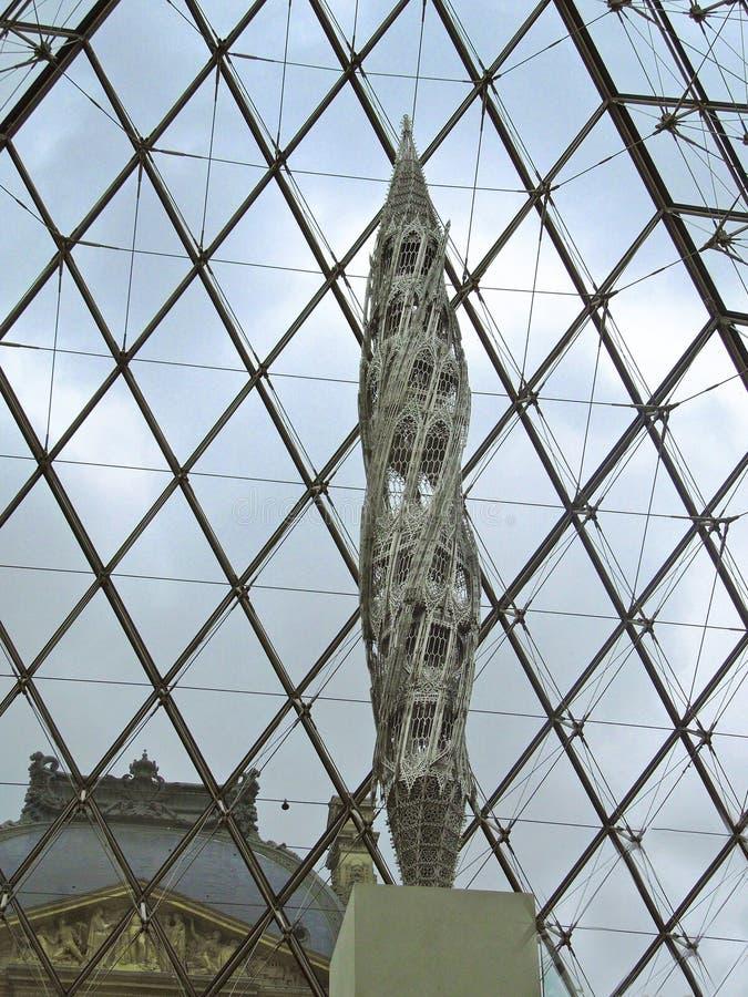 Pirámide del Louvre interior con la escultura fotografía de archivo libre de regalías