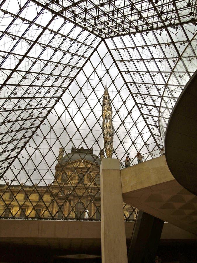 Pirámide del Louvre interior con la escultura foto de archivo