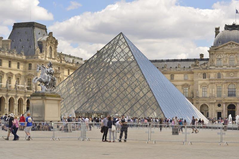 Pirámide del Louvre París, Francia imagenes de archivo