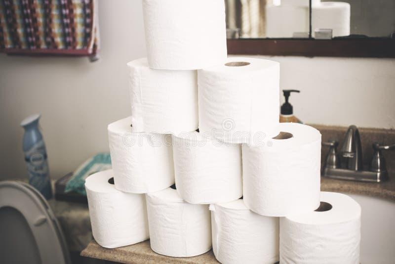 Pirámide del papel higiénico en el cuarto de baño imagen de archivo libre de regalías