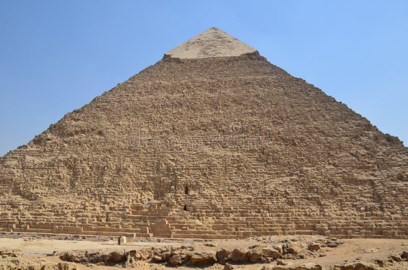 Pirámide en polvo de la arena debajo de las nubes grises imagen de archivo libre de regalías