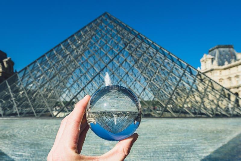 Pir?mide famosa a trav?s de la bola de cristal, Par?s, Francia del museo del Louvre imagen de archivo libre de regalías