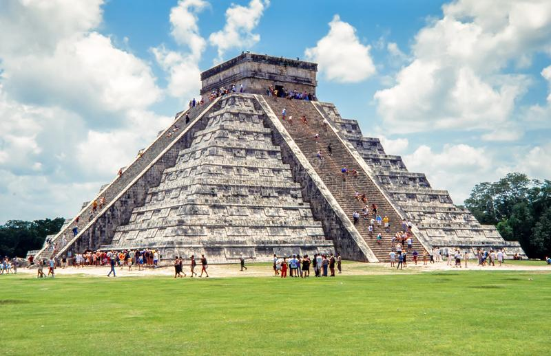 Pirámide maya de Kukulcan El Castillo en Chichen Itza, México fotografía de archivo