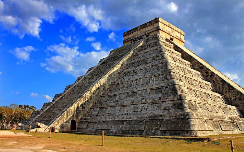 Pirámide maya en el día del equinoccio imagen de archivo