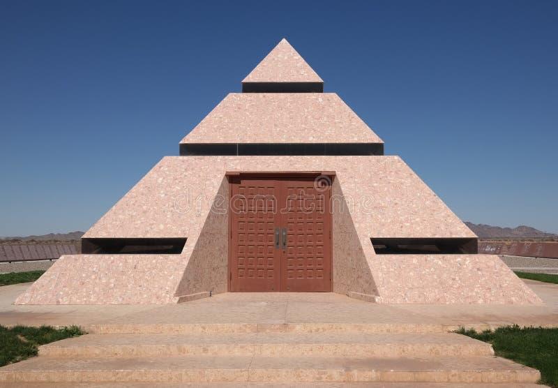 Pirámide moderna en la dicha, California fotos de archivo