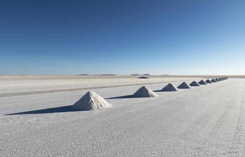 Pirámides de la sal en el plano de la sal de Uyuni, Bolivia foto de archivo