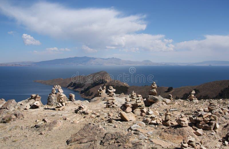 Pirámides de piedra en Isla del Sol, el lago Titicaca, Bolivia foto de archivo