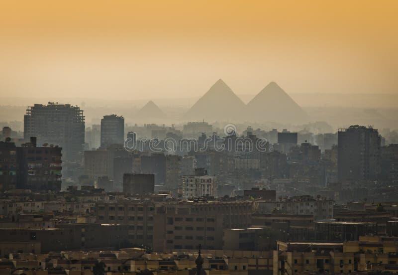 Pirámides en la niebla imagen de archivo libre de regalías
