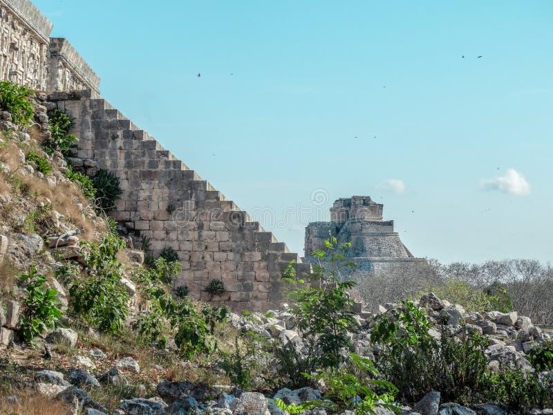 Pirámides en la zona arqueológica de México de uxmal imagenes de archivo