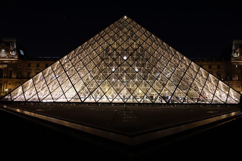 Pirâmide da grelha, Paris, France foto de stock royalty free