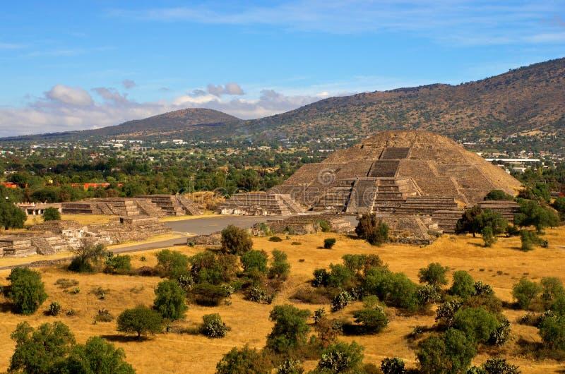 Pirâmide da lua e da estrada da morte em Teotihuacan imagem de stock royalty free