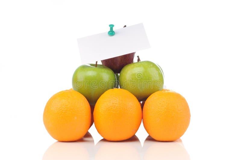 Pirâmide das frutas com notas foto de stock royalty free
